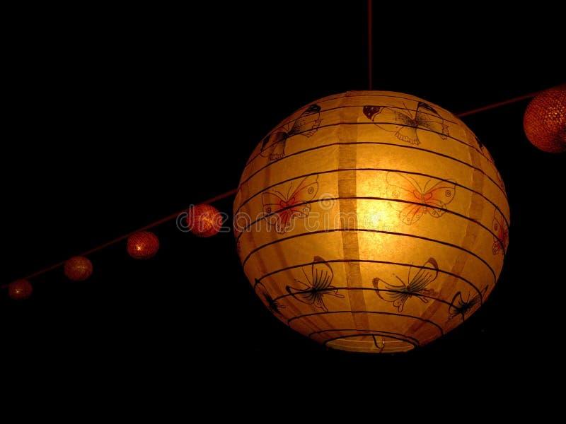 Dekoruje lampiony w noc parku zdjęcie stock