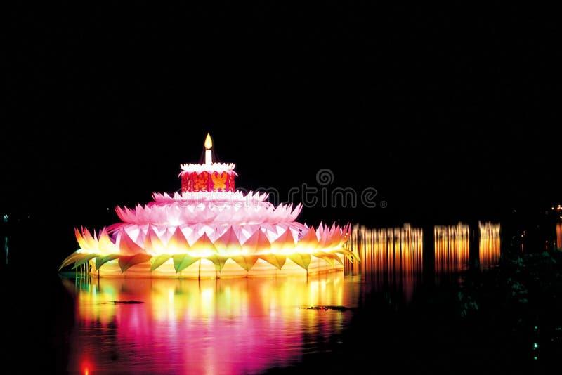 Dekoruje lampiony w noc parku fotografia stock