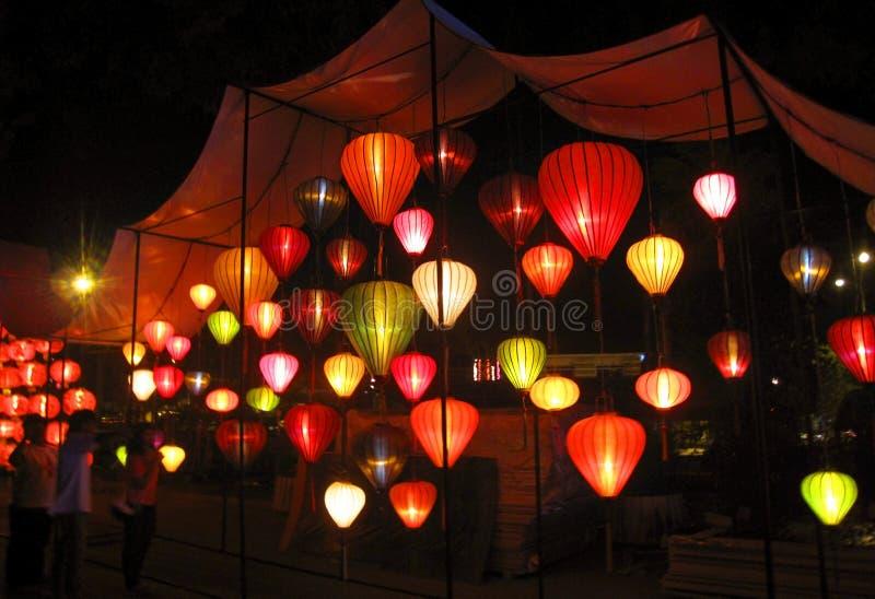 Dekoruje lampiony w noc parku obrazy stock