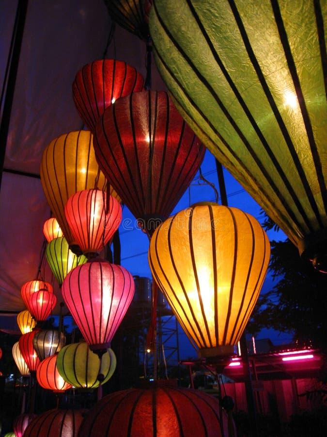 Dekoruje lampiony w noc parku obraz stock