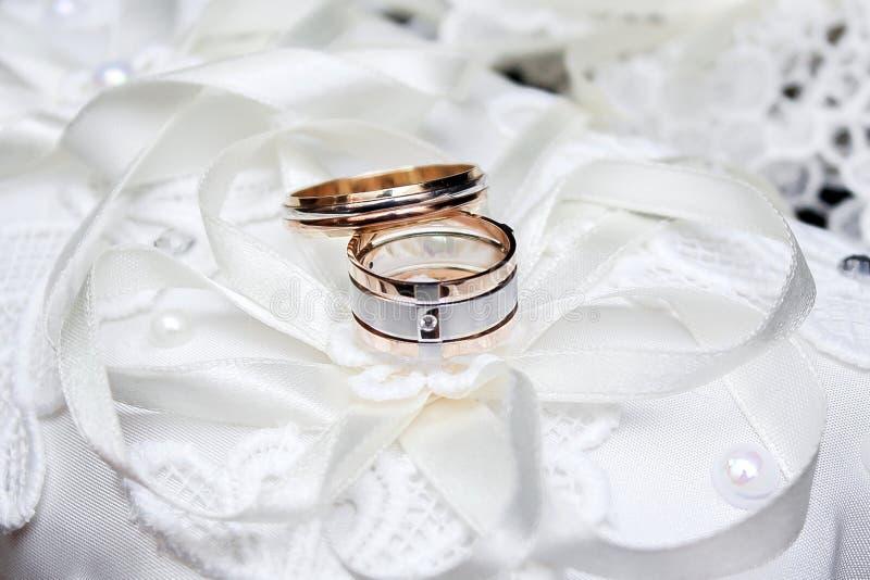 _ dekoruje Panny młodej ` s buty, piękny ślubny bukiet, pierścionki, boutonniere i biżuteria, pięknie kłaść out na a zdjęcia royalty free