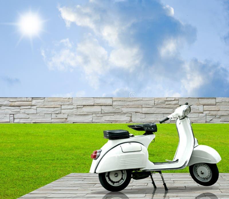 Download Dekoruje Podłoga Ogrodowego Motocyklu Biel Obraz Stock - Obraz: 22047261