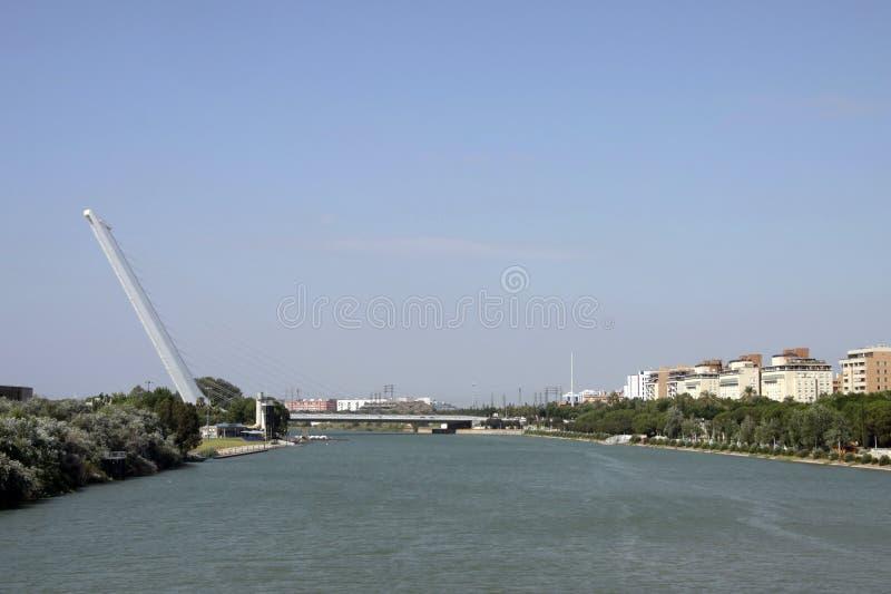 Del Alamillo obra del arquitecto Santiago Calatrava, ciudad de Sevilla di Puente della La dell'en di Guadalquivir di rÃo di EL de immagine stock libera da diritti