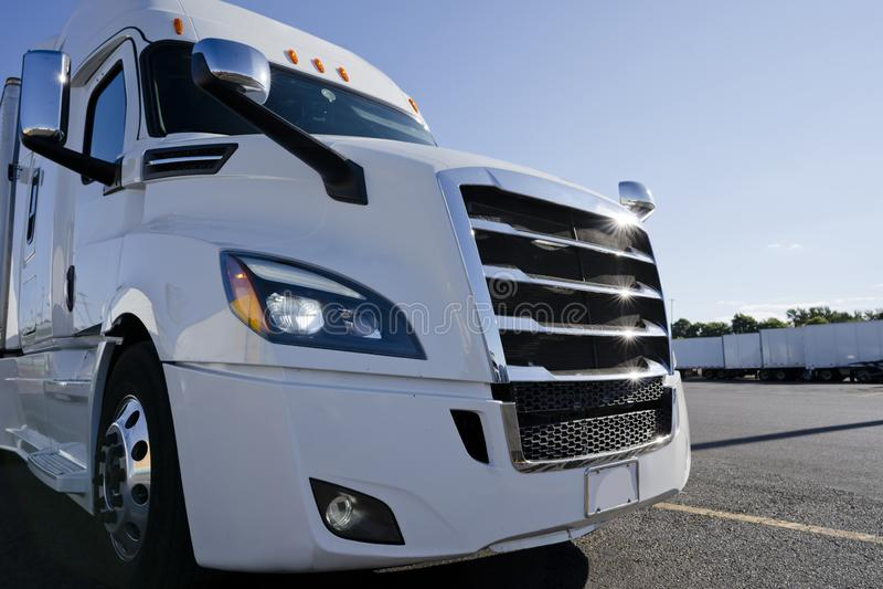Del aparejo camión grande elegante blanco brillante semi que se coloca en la parada de camiones en el tiempo de la sol fotografía de archivo