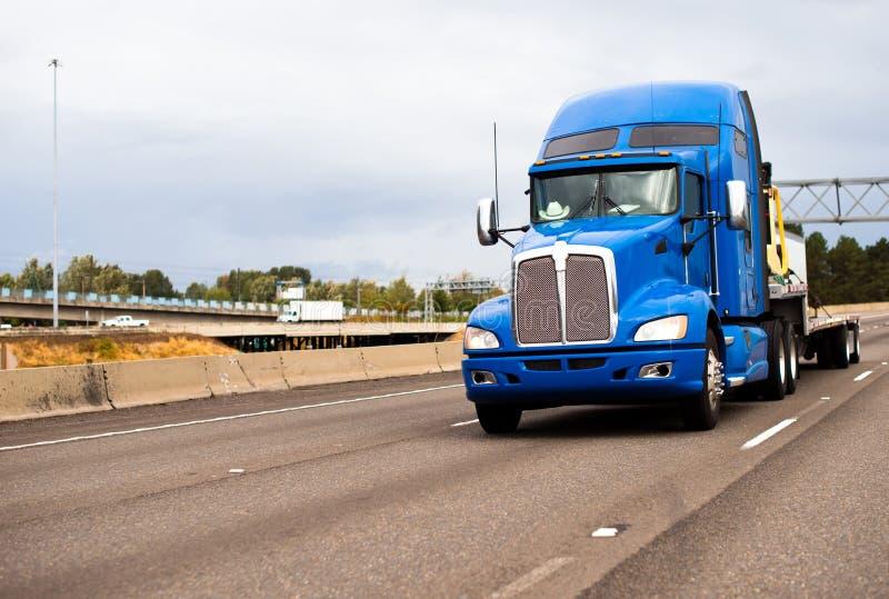 Del aparejo camión grande potente clásico semi con el alto taxi y plano azules foto de archivo libre de regalías