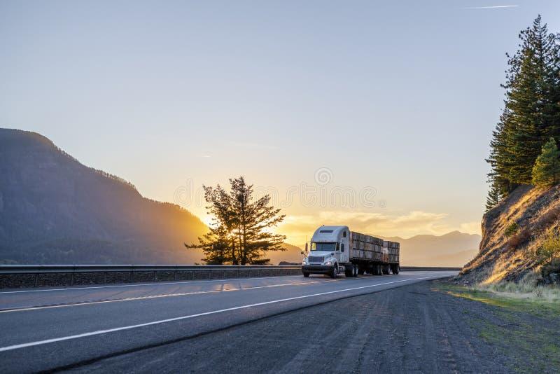 Del aparejo camión grande semi que transporta las cajas con las manzanas en el SE de la cama plana fotografía de archivo libre de regalías