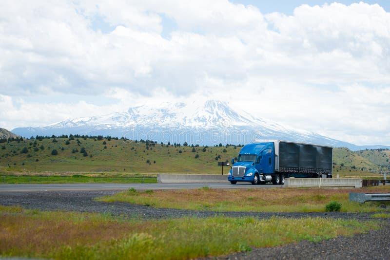 Del aparejo del azul camión grande elegante americano semi con f recubierta de goma negra imagen de archivo