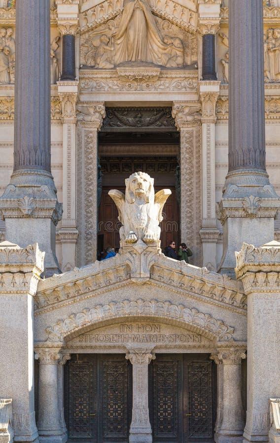 Del av basilikan Notre Dame, lejonskulptur fotografering för bildbyråer
