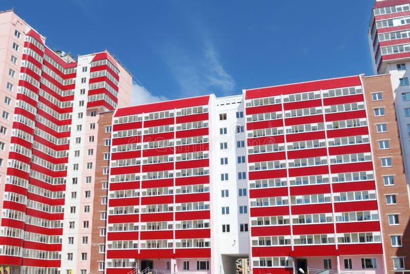 Del av bostads- byggnad med balkonger på solig dag, c arkivbilder