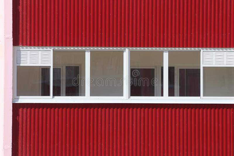 Del av bostads- byggnad med tvåglasfönster på royaltyfri bild