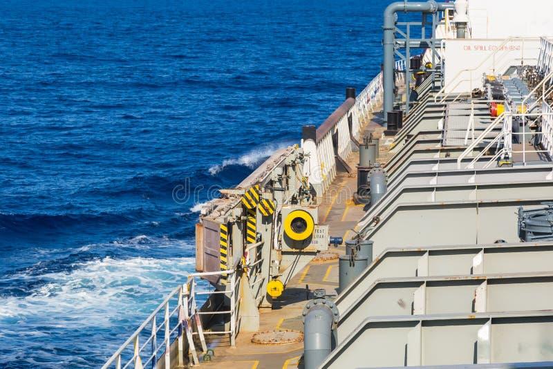 Del av däcket för tankfartyg för oljaprodukt på det kommande blåa havet royaltyfria bilder