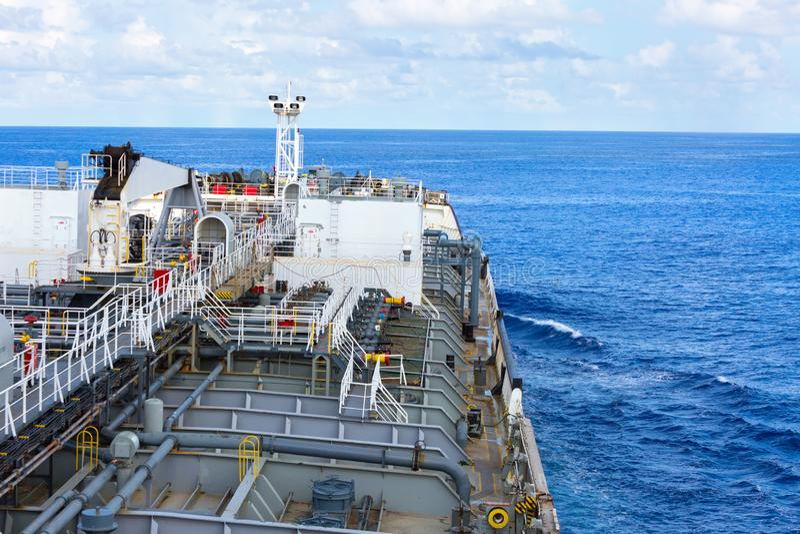 Del av däcket för tankfartyg för oljaprodukt på det kommande havet royaltyfri bild