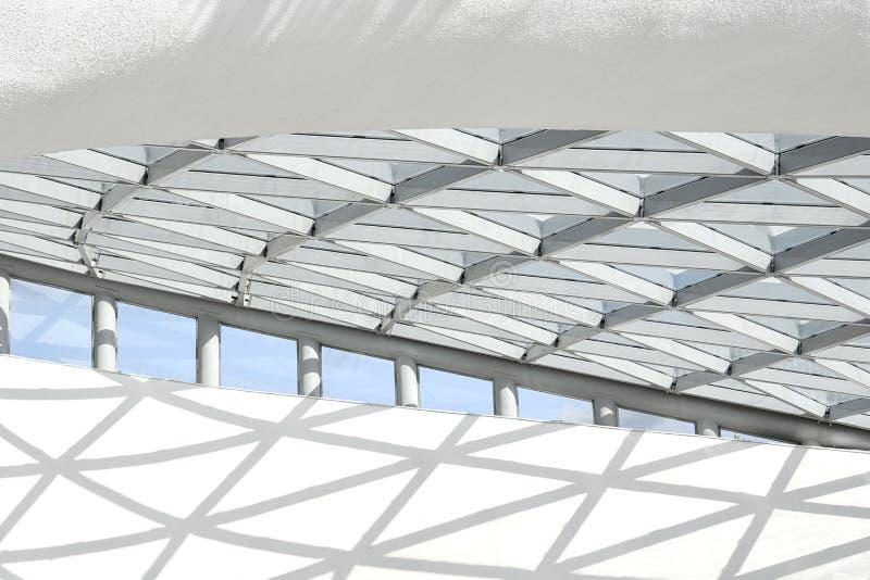 Del av den arkitektoniska strukturen som består av en metallstruktur i form av romber royaltyfri fotografi