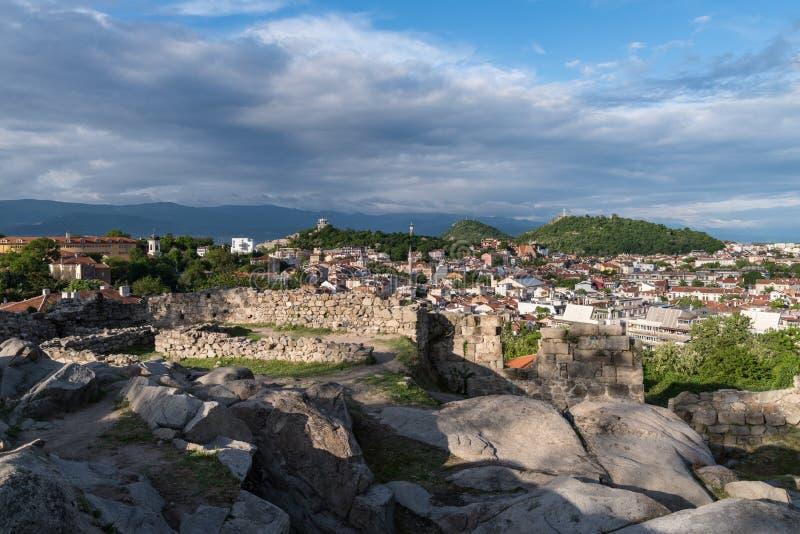 Del av den forntida fästningväggen överst av den Nebet tepekullen i den Plovdiv staden, l?kformig royaltyfri fotografi