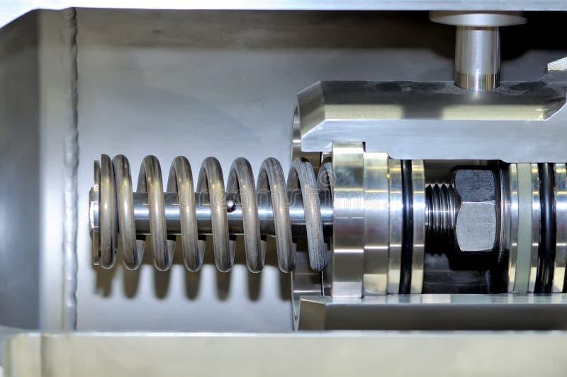 Del av den industriella mekanismen med en metallvår royaltyfri foto