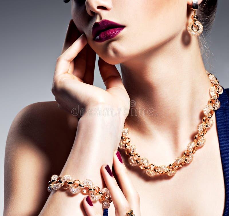 Del av den kvinnliga framsidan med härliga guld- smycken arkivbilder