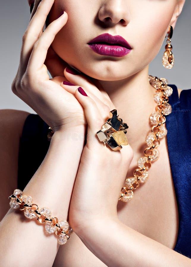 Del av den kvinnliga framsidan med härliga guld- smycken på kropp arkivfoto