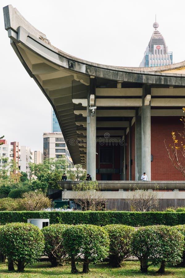 Del av den nationella dren Sun Yat-sen Memorial Hall med turister och byggnader i bakgrund i Taipei, Taiwan royaltyfri fotografi