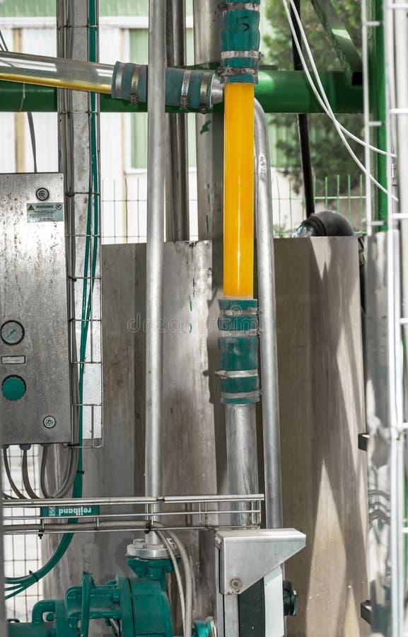 Del av den orange konservfabriken eller fabriken i Cypern Metallkonstruktion eller system med exponeringsglasröret för produktion arkivbild