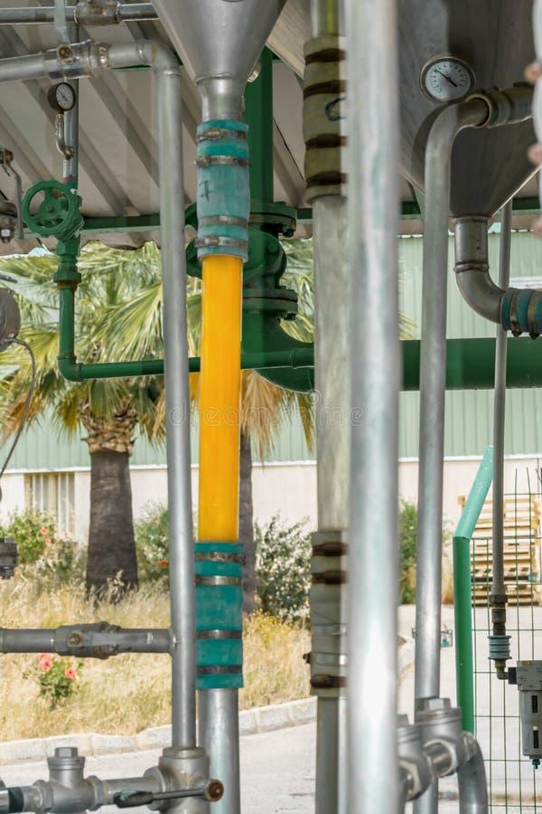 Del av den orange konservfabriken eller fabriken i Cypern Metallkonstruktion eller system med exponeringsglasröret för produktion arkivfoto