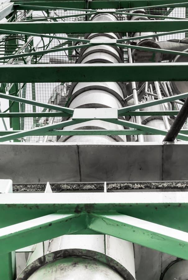 Del av den orange konservfabriken eller fabriken Metallkonstruktion, orange koncentrat för rör för tillverkning av arkivbild