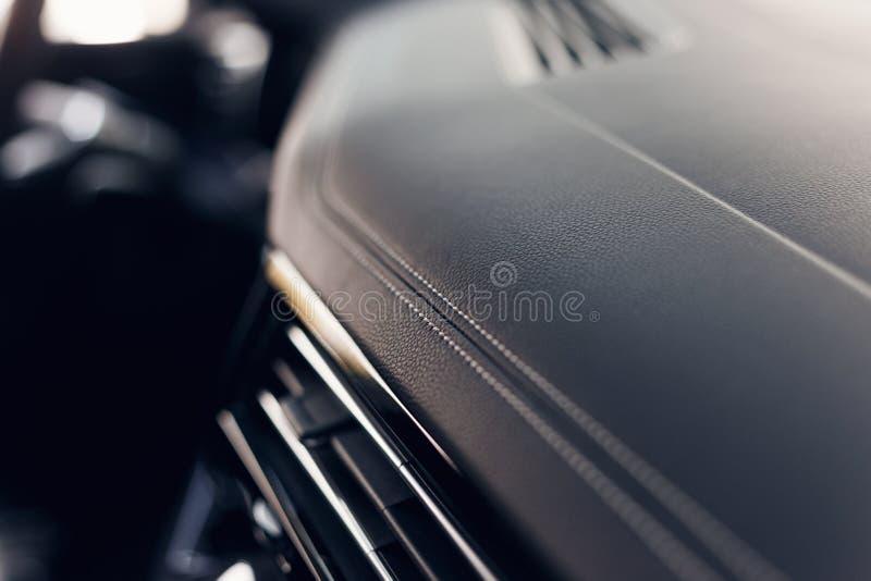 Del av den sydde inre för bil för lädersvartläder Modern lyxig perforerad l?derinre f?r bil svart arkivbilder
