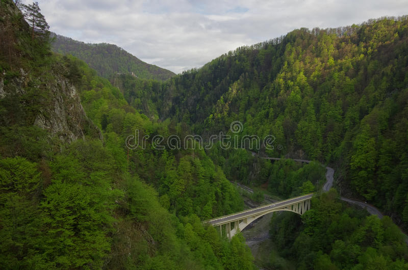 Del av den Transfagarasan huvudvägen i Arges flodkanjon, med Poen royaltyfri foto
