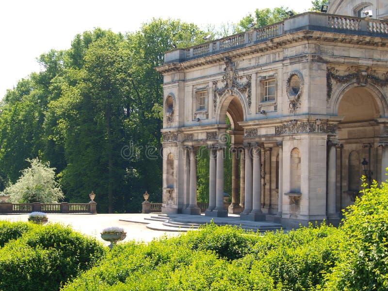 Del av det kungliga slottet av Laeken nära de kungliga växthusen av Laeken i Bryssel, Belgien. royaltyfri bild