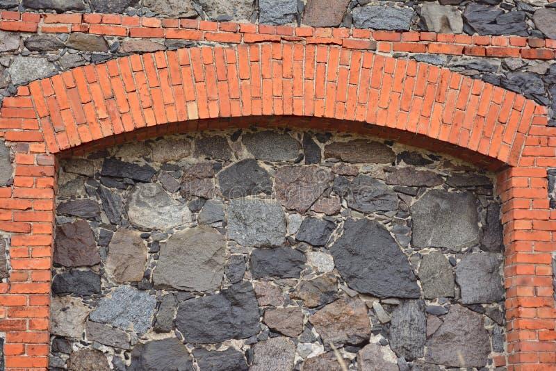 Del av en forntida vägg från stora stenar och tegelstenar royaltyfri foto