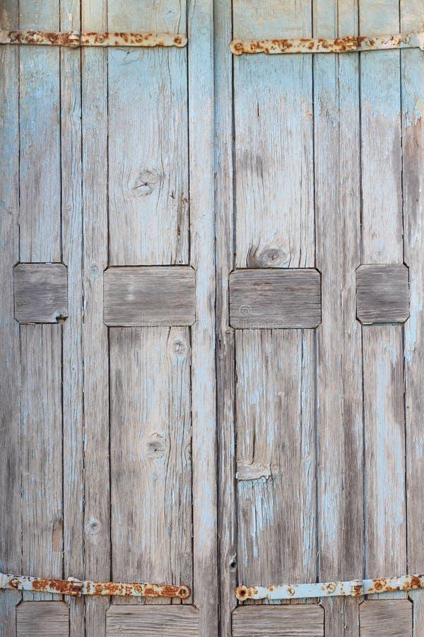Del av en gammal riden ut dörr arkivfoton