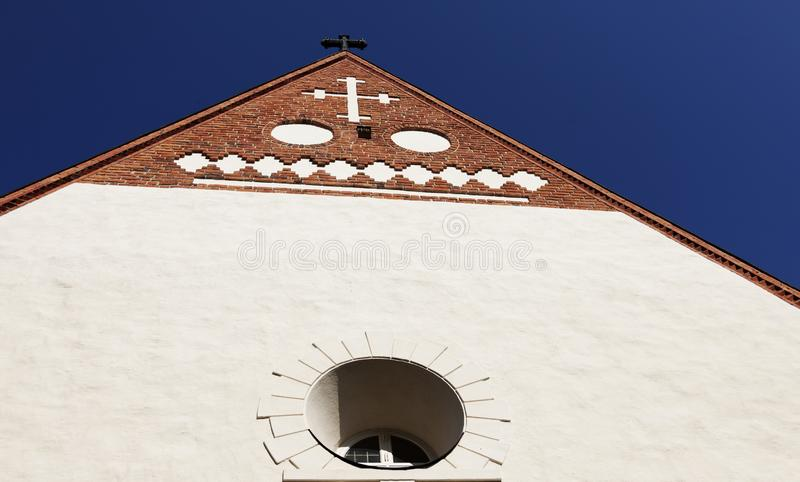 Del av fasaden av den Backen kyrkan med olika kristna symboler arkivfoto