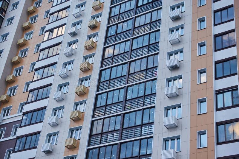 Del av fasaden av en närbild mång--våning för bostads- byggnad arkivfoton