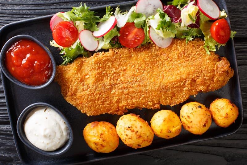 Del av fil?n f?r vit fisk, i att panera med nya potatisar och salladn?rbild f?r ny gr?nsak p? tabellen horisontalb?sta sikt arkivbild