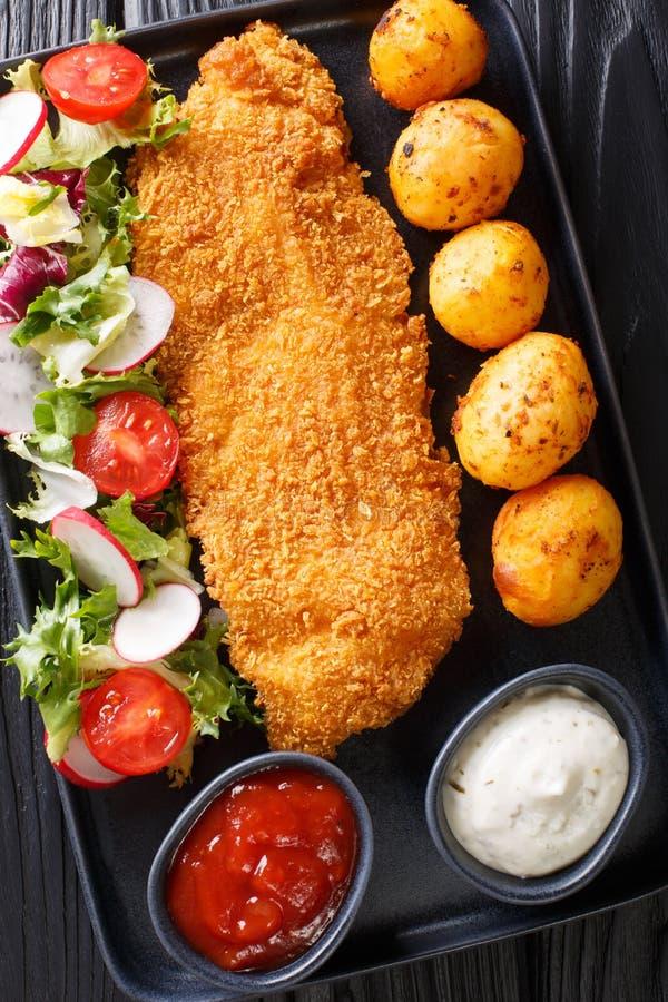 Del av fil?n f?r vit fisk, i att panera med nya potatisar och salladn?rbild f?r ny gr?nsak p? tabellen Vertikal b?sta sikt arkivfoto