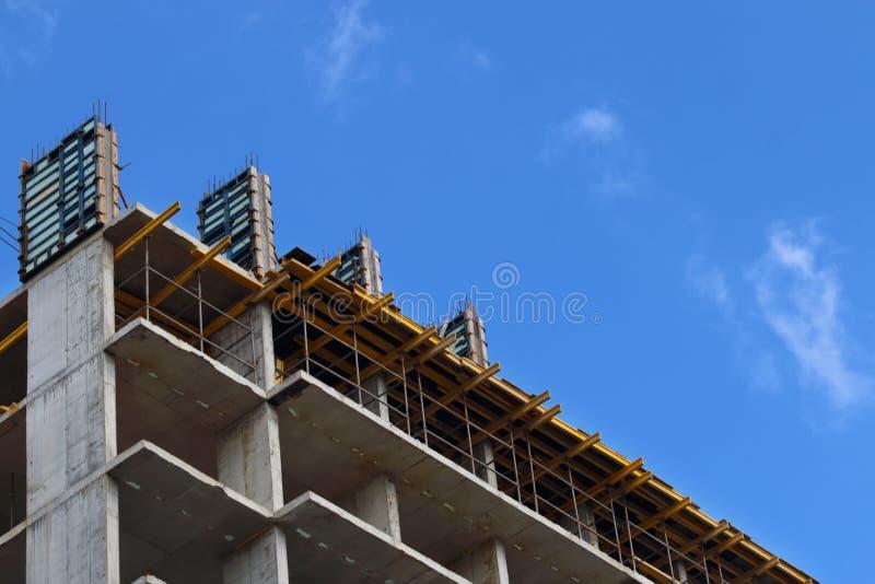Del av konkret bostads- byggnad under konstruktion royaltyfri foto