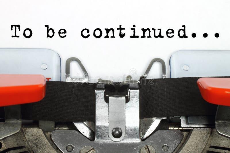 Del av maskinskrivningmaskinen med skrivit för att vara fortsatte ord fotografering för bildbyråer