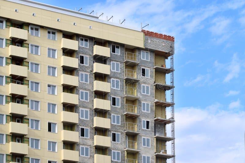 Del av modern bostads- byggnad under konstruktion royaltyfria bilder