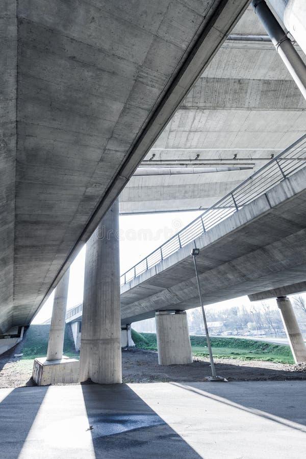 Del av modern stads- arkitektur för brokonstruktion underifrån royaltyfria foton