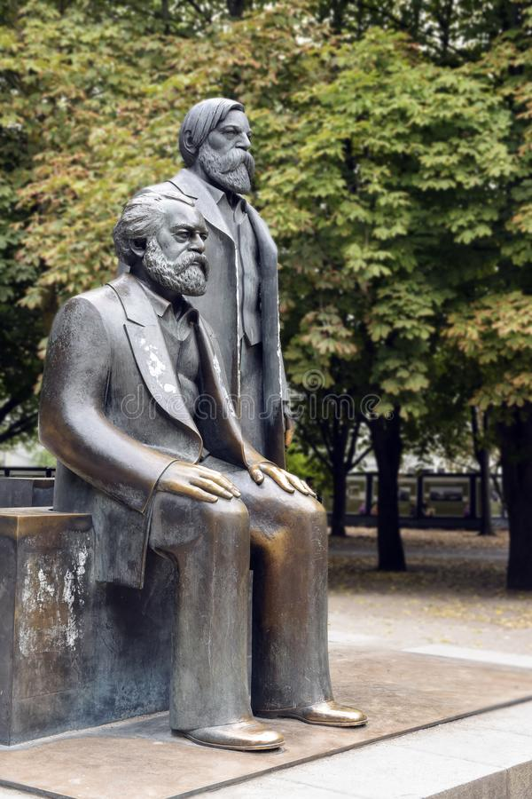 Del av monumentet av Karl Marx och Friedrich Engels i modern arkivbilder