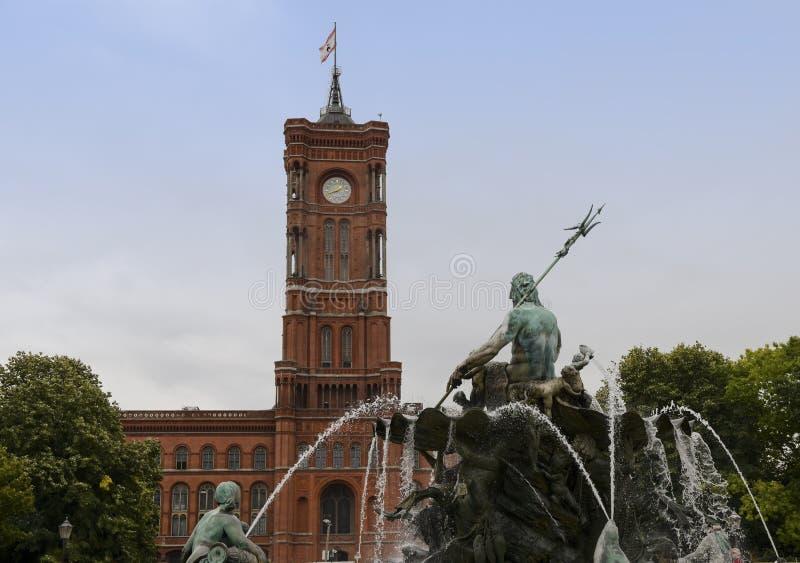 Del av Neptunspringbrunnen framme av Rotes Rathaus den röda staden royaltyfri fotografi