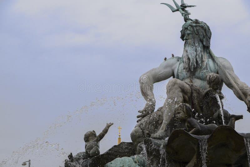 Del av Neptunspringbrunnen i mitt av Berlin med greken arkivbild
