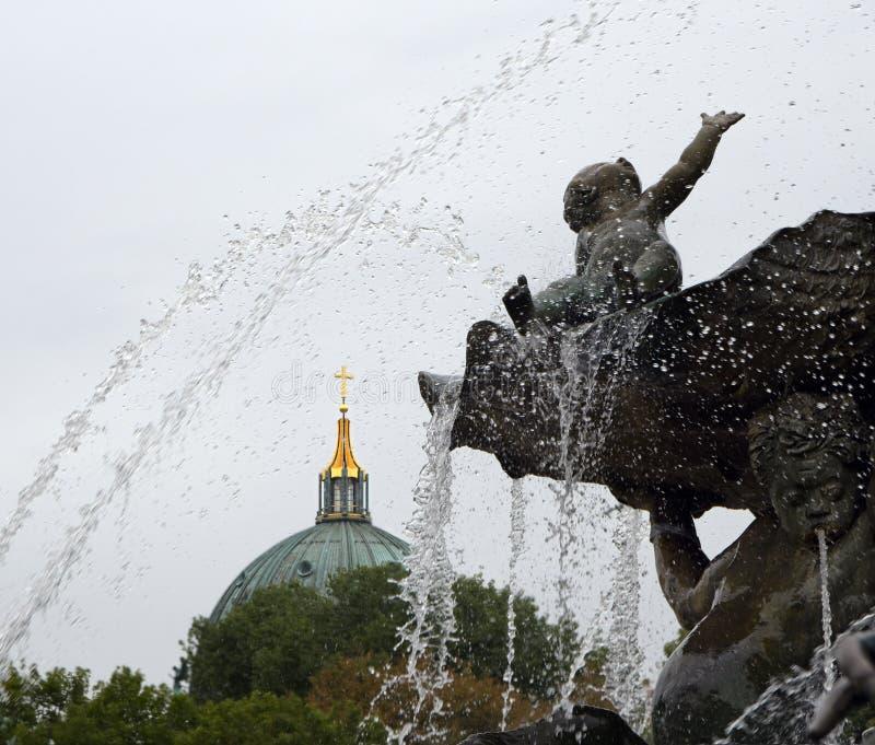 Del av Neptunspringbrunnen och Berlin Cathedral Berliner arkivfoto
