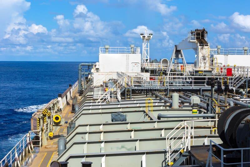 Del av oljetankerdäcket på det kommande havet arkivfoto
