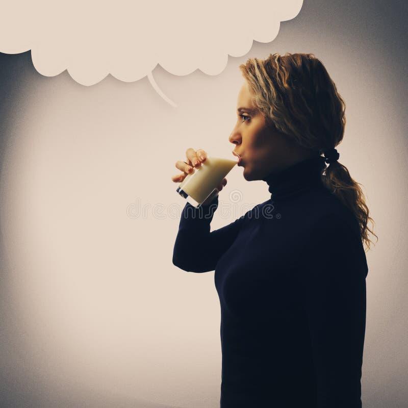 Del av serie Ståenden av att dricka för ung kvinna mjölkar, klottrar med kopieringsutrymme arkivbilder