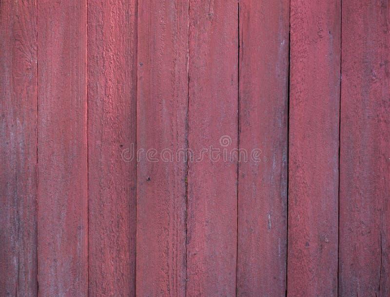 Del av skjulet som byggs av vertikala röda målade plankor arkivfoton