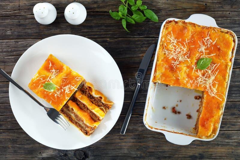 Del av smakliga lasagner på plattan arkivfoto