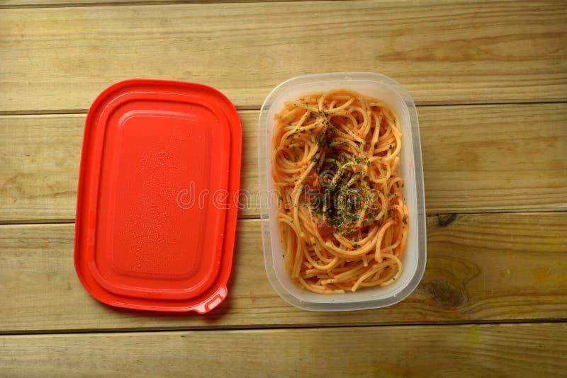 Del av spagetti i plast- behållare royaltyfri bild