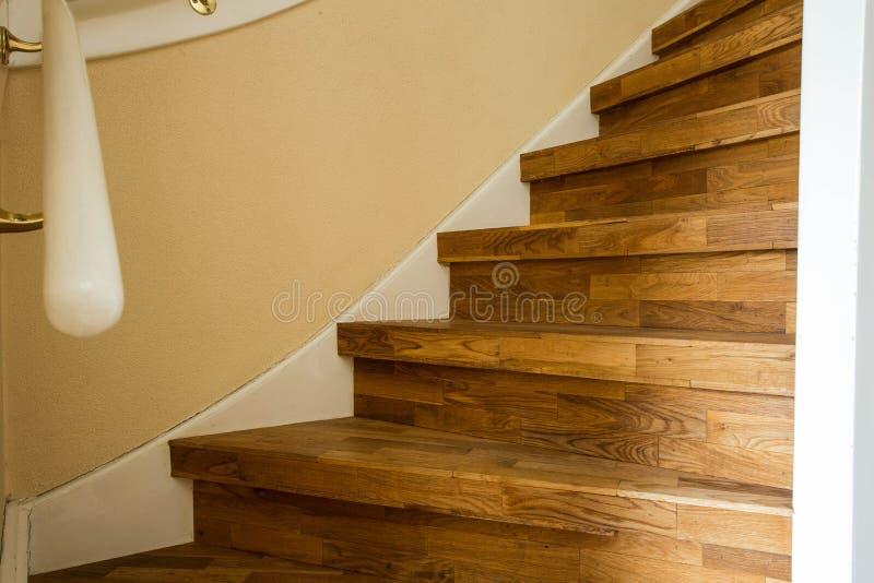 Del av trätrappan, slut upp modern hem- design royaltyfri foto