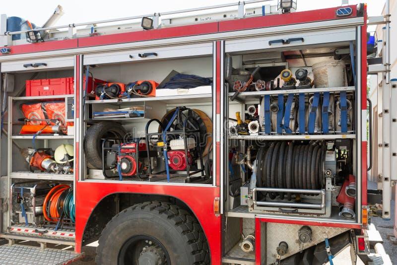 Del av utrustning av en firetruck: slangar och injektionsspruta av en vattenkanon royaltyfri foto