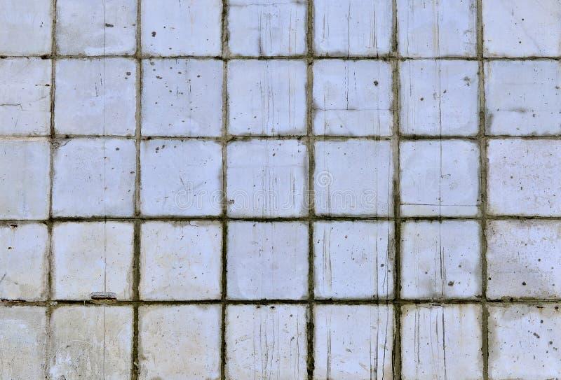 Del av väggen av vita tegelplattor för blått och av den gamla byggnaden fotografering för bildbyråer
